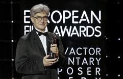 Diretor Wenders recebe prêmio em Berlim.  12/12/2015. REUTERS/Clemens Bilan/Pool