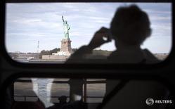 Вид на статую Свободы в Нью-Йорке 12 октября 2013 года. Федеральное бюро расследований (ФБР) прослушивало встречи, в которых участвовали российские разведчики в Нью-Йорке, спрятав записывающие устройства в папки с якобы секретной информацией об энергетическом секторе, сообщила американская прокуратура. REUTERS/Carlo Allegri