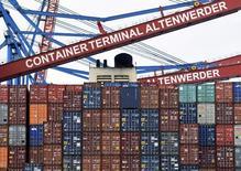 Контейнеры на грузовом терминале в Гамбурге 3 февраля 2016 года. Немецкий экспорт сократился в январе второй месяц подряд, в то время как импорт вырос больше ожидаемого, указывая на то, что слабый спрос со стороны Китая и других развивающихся рынков ударили по крупнейшей экономике Европы в начале 2016 года. REUTERS/Fabian Bimmer
