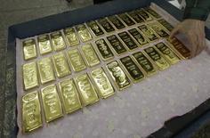 Слитки золота на заводе Красцветмет в Красноярске. 25 февраля 2013 года. Золотовалютные резервы РФ на прошлой неделе снизились незначительно - до $379,0 миллиарда, но это является их самой низкой величиной за последний месяц, в течение которого резервы поднимались на отметку $382,4 миллиарда впервые с начала января 2015 года. REUTERS/Ilya Naymushin