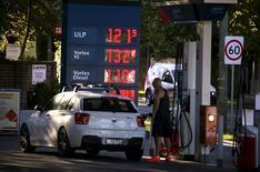 Una reunión entre los productores petroleros para discutir un acuerdo que congele la producción el 20 de marzo en Rusia es improbable, dijeron fuentes cercanas al asunto, porque Irán, uno de los miembros de la OPEP, todavía debe anunciar si participará.  En la imagen, un hombre repostando combustible en una gasolinera de Sydney, el 8 de febrero de 2016. REUTERS/David Gray