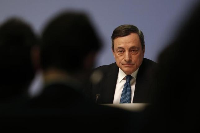 3月10日、ECBのドラギ総裁は、銀行への長期資金供給で利子を払う可能性があると明らかにした。写真はフランクフルトで同日撮影(2016年 ロイター/Kai Pfaffenbach)
