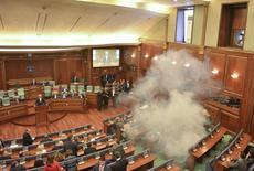 Le gouvernement kosovar va installer un scanner corporel pour empêcher les députés de l'opposition d'introduire à l'intérieur du parlement des bombes lacrymogènes et d'en faire usage, comme cela a été régulièrement le cas au cours des six derniers mois. /Photo prise le 26 février 2016/REUTERS/Agron Beqiri