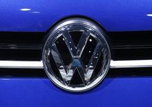 El logo de Volkswagen en un vehículo de la compañía en Ginebra, mar 2, 2016. Volkswagen planea recortar cerca de 3.000 empleos en sus oficinas alemanas para fines del 2017 en momentos en que el fabricante de coches alemán lucha por neutralizar el costo del escándalo de emisiones, dijeron dos fuentes de la compañía el jueves.    REUTERS/Denis Balibouse