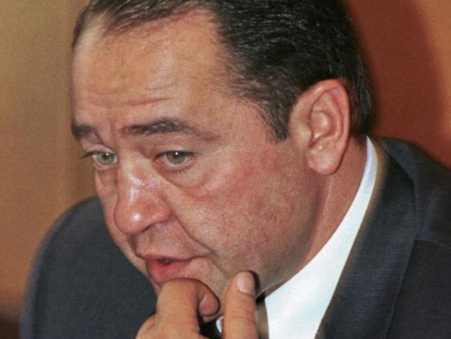 Former Russian Media Minister Mikhail Lesin gestures during a news conference in Moscow in this September 20, 2000 file photo.   REUTERS/Stringer/Files
