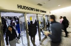 People walk into the Hudson's Bay Company (HBC) flagship department store in Toronto January 27, 2014.  REUTERS/Mark Blinch
