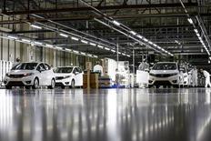 La confianza de las empresas japonesas cayó con fuerza en el primer trimestre, mostró el viernes un sondeo del Gobierno, lo que sugiere que la turbulencia en los mercados financieros y la débil demanda global han afectado a la frágil recuperación económica. En la imagen, unos trabajdores realizan comprobaciones de calidad en una fábrica de Honda  en Yorii, Saitama, el 8 de marzo de 2016. REUTERS/Thomas Peter