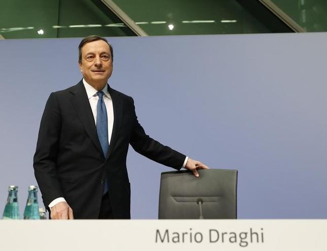 3月11日、欧州中銀(ECB)のドラギ総裁は10日、自ら発した言葉によって、周到に練られてきた追加緩和の果実を失った。写真はフランクフルトのECB本店で撮影(2016年 ロイター/Kai Pfaffenbach)
