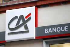 Les valeurs bancaires et les financières sont renforcées par l'annonce de la baisse des taux et de la hausse du programme de rachat d'actifs de la BCE. Vers 12h45, Crédit agricole (+6,12%) est en tête des hausses du CAC 40 (+2,68%). /Photo prise le 17 février 2016/REUTERS/Charles Platiau