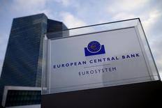 La sede del Banco Central Europeo en Fráncfort, dic 3, 2015. El Banco Central Europeo (BCE) debería preguntarse si una inflación del 2 por ciento es una meta realista a mediano plazo, dijo el ex miembro del directorio de la entidad Luc Coene, según una entrevista publicada el viernes por un diario belga.    REUTERS/Ralph Orlowski