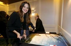 """Cast member Jennifer Garner autographs posters at a photo call for the movie """"Miracles from Heaven"""" in West Hollywood, California March 4, 2016. REUTERS/Mario Anzuoni"""