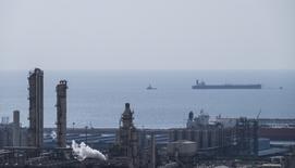 Imagen de archivo de parte del yacimiento gasífero de South Pars, en el puerto de Asalouyeh, en el norte del Golfo Pérsico, Irán. 19 noviembre 2015. El ministro de Petróleo iraní, Bijan Zanganeh, dijo que Irán se uniría a las conversaciones entre otros productores sobre una posible congelación de la producción de petróleo después de que su propia producción alcanzara los cuatro millones de barriles por día (bpd), dijo el domingo la agencia de noticias iraní ISNA. REUTERS/Raheb Homavandi/TIMA