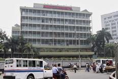 CEl Banco Central de Bangladesh confirmó el domingo que los delincuentes cibernéticos intentaron retirar 951 millones de dólares de su cuenta bancaria estadounidense. El ministro de Finanzas del país dijo que se enteró primero a través de los medios de comunicación de este intento de robo, uno de los mayores atracos a un banco en la historia. En la imagen de archivo, los transeúntes pasan por delante del edificio del Bangladesh Bank en Daca el 8 de marzo de 2016. REUTERS/Ashikur Rahman