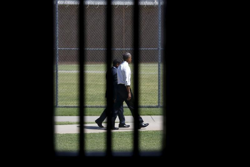 Obama's prisoner clemency plan faltering as cases pile up