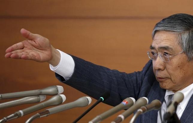3月15日、日銀の黒田東彦総裁(写真)は金融政策決定会合後の記者会見で、必要なら始めたばかりのマイナス金利の効果が十分に現れる前に追加緩和に踏み切る姿勢を示した(2016年 ロイター/Toru Hanai)