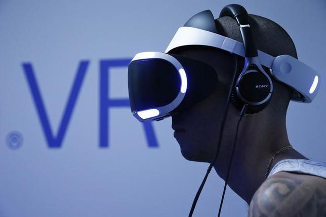 3月15日、ソニーは開発中の仮想現実(VR)ゲーム機器「プレイステーションVR」について、今年10月に世界で発売すると発表した。パリで昨年11月撮影(2016年 ロイター/BENOIT TESSIER)