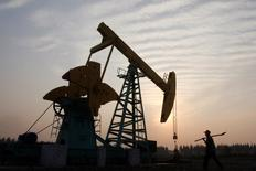 Станок-качалка на нефтяном месторождении компании Sinopec в окрестностях Гуанхуа. 4 ноября 2007 года. Страны-производители нефти проведут переговоры о замораживании добычи 17 апреля в столице Катара Дохе, сообщили Рейтер два источника в среду. REUTERS/Stringer
