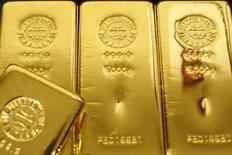 Золотые слитки в магазине  Ginza Tanaka в Токио 23 октября 2009 года. Цены на золото держатся у двухнедельного минимума, пока инвесторы ждут результатов совещания ФРС. REUTERS/Issei Kato