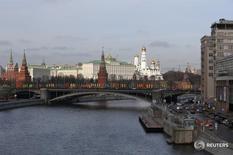 Вид на Большой каменный мост и Кремль в Москве 9 марта 2016 года. Федеральный бюджет РФ за январь-февраль 2016 года был исполнен с дефицитом 112,7 миллиарда рублей, или 0,9 процента ВВП, сообщило министерство финансов. REUTERS/Sergei Karpukhin