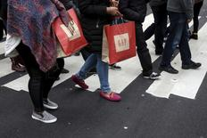 compradores cruzan una calle el día después de navidad, en Nueva York. 26 de diciembre de 2015. La inflación subyacente de Estados Unidos se incrementó más de lo previsto en febrero ya que las rentas y los costos médicos mantuvieron su tendencia alcista, lo que podría dejar a la Reserva Federal en curso a subir gradualmente las tasas de interés este año. REUTERS/Carlo Allegri