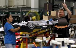 La production manufacturière américaine a progressé le mois dernier (+0,2%) grâce à une forte demande d'équipements et de produits sidérurgiques, ce qui suggère que le ralentissement de l'activité industrielle s'atténue. La production industrielle totale, qui inclue le secteur de l'énergie, a pour sa part baissé de 0,5% le mois dernier. /Photo d'archives/REUTERS/Mike Stone