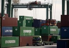 Las exportaciones de Japón cayeron por quinto mes sucesivo en febrero, aunque los envíos a China repuntaron, no obstante, persisten las preocupaciones de que una débil demanda desde el exterior pueda empujar a la tercera mayor economía mundial a su cuarta recesión en cinco años. En la imagen, una grúa coloca un contenedor de carga  en un camión en el puerto de Tokio, Japón, el 18 de febrero de 2016.  REUTERS/Thomas Peter