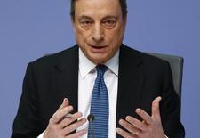 Selon le président de la Banque centrale européenne (BCE), Mario Draghi, les taux d'intérêt resteront à leurs bas niveaux actuels, voire plus bas, pendant longtemps. /Photo prise le 10 mars 2016/REUTERS/Kai Pfaffenbach