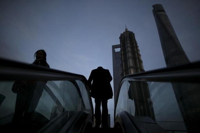 3月17日、中国のヘッジファンド業界が大混乱に陥っている。厳格な新規制の達成に追われているためで、場合によっては8月までに半数以上のファンドが閉鎖に追い込まれかねない。上海の金融街で15日撮影(2016年 ロイター/Aly Song)