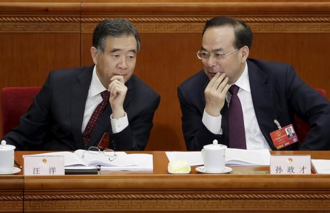 3月18日、中国はオンライン上の著作権侵害や新興国への模造品販売対策を今年の主要優先課題に据える。新華社が、テレビ中継された模造品に関する会合での汪洋副首相(写真左)の発言として伝えた。北京で5日撮影(2016年 ロイター/Jason Lee)