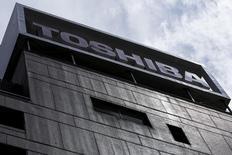 Le conglomérat japonais Toshiba a annoncé vendredi qu'il procédait à un test de résistance de sa filière nucléaire pour déterminer s'il fallait passer une provision pour dépréciation sur cette dernière. /Photo prise le 13 août 2015/REUTERS/Thomas Peter