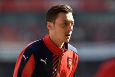 Mesut Ozil durante aquecimento antes de partida da Copa da Inglaterra.   13/03/2016 Reuters / Hannah McKay Livepic