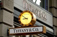 Магазин Tiffany в Цюрихе. Сеть ювелирных магазинов Tiffany & Co сообщила в пятницу, что ожидает падения прибыли в первой половине финансового года, поскольку укрепление курса доллара привело к сокращению трат туристов в её магазинах в США, а также подорвало доходы компании на других рынках. REUTERS/Arnd Wiegmann