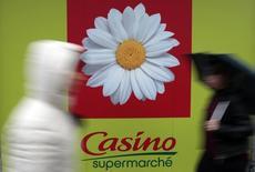 """Casino, à suivre lundi à la Bourse de Paris. L'agence de notation Standard & Poor's a abaissé lundi sa note de crédit du groupe, qui passe de """"BBB-"""" à """"BB+"""", assortie d'une perspective stable. /Photo prise le 14 janvier 2016/REUTERS/Eric Gaillard"""