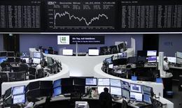 Operadores trabajan en sus mesas delante del índice de precios alemán DAX, en la bolsa de Fráncfort, el 16 de marzo de 2016. Las bolsas europeas cedían terreno en las primeras operaciones del lunes, presionadas por el retroceso de las acciones mineras y de la cadena minorista francesa Casino. REUTERS/Staff/Remote