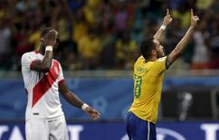 Renato Augusto comemora gol do Brasil contra o Peru. 17/11/2015. REUTERS/Ueslei Marcelino