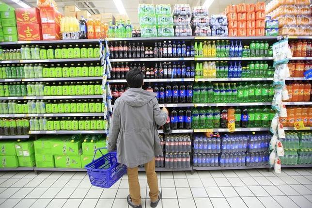 3月16日、中国では、消費者が財布のひもを締めるにつれ、小売業者は人員を削減し、事業拡大計画を遅らせ、在庫を積み上げている。上海のスーパーマーケットで10日撮影(2016年 ロイター/Aly Song)