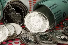 Швейцарские франки. Цюрих, 10 августа 2011 года. Иена и швейцарский франк укрепились во вторник, так как инвесторы переключились на безопасные валюты и активы после новостей о взрывах в Брюсселе. REUTERS/Arnd Wiegmann
