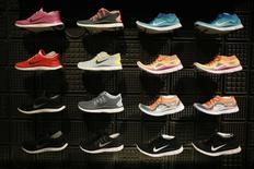 Nike a réalisé au troisième trimestre un chiffre d'affaires de 8,03 milliards de dollars, en deça des 8,20 milliards que les analystes attendaient. Le dollar fort a affecté les ventes du numéro un mondial des articles de sport, en Europe et dans les pays émergents, notamment au Brésil et au Mexique. /Photo d'archives/REUTERS/Lucy Nicholson