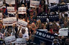 Встреча сторонников Дональда Трампа в Тусоне, штат Аризона. 19 марта 2016 года. Кандидат в президенты США от Республиканской партии Дональд Трамп и фаворит от демократов Хиллари Клинтон одержали победу на предварительном голосовании в Аризоне. REUTERS/Sam Mircovich