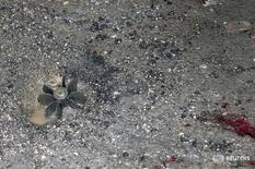 Минометный снаряд и кровь в районе Джарамана к юго-востоку от Дамаска 10 октября 2013 года. Шестой российский участник спецоперации погиб в ходе российской военной кампании в Сирии в феврале, однако официального подтверждения его смерти пока нет, сообщила в среду группа российских блогеров, занимающихся мониторингом конфликта. REUTERS/SANA/Handout