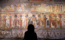 Un visitante mira las pinturas dentro de la iglesia Santa Maria Antiqua, en Roma, Italia, 17 de marzo de 2016. Una iglesia del Siglo VI sepultada por un terremoto cientos de años atrás y que cuenta con una rara colección de arte cristiano reabrió al público en Roma, luego de una restauración que tomó más de 30 años. REUTERS/Max Rossi