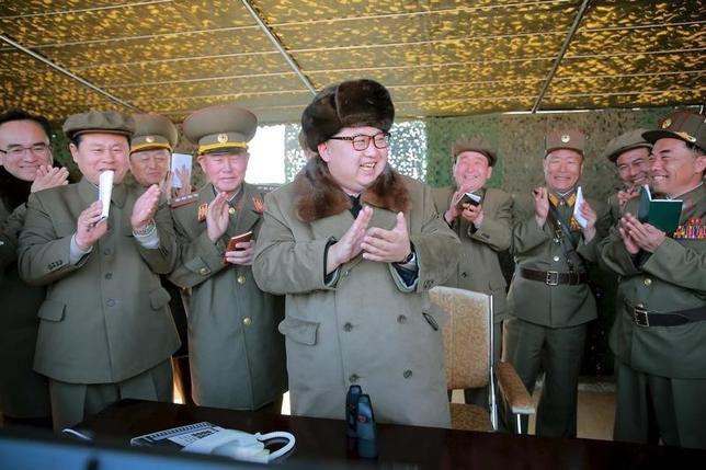 3月24日、北朝鮮国営のKCNAは、北朝鮮が固体燃料ロケットエンジンの試験に成功したと伝えた。写真は北朝鮮の金正恩第1書記(中央)、22日撮影(2016年 ロイター/KCNA)