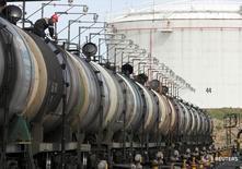 Цистерны на нефтяном терминале Роснефти в Архангельске 30 мая 2007 года. Россия может в 2016 году сохранить экспорт нефти на уровне прошлого года, хотя мощности позволяют прокачивать больше топлива за рубеж, сказал в четверг заместитель министра энергетики РФ Кирилл Молодцов. REUTERS/Sergei Karpukhin