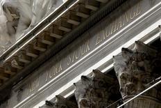 Здание Нью-Йоркской фондовой брижи на Манхэттене. Американский фондовый рынок прервал пятинедельный подъём в четверг, когда укрепляющийся доллар стал оказывать давление на акции сырьевого сектора. REUTERS/Mike Segar