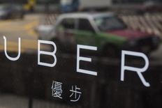 Офис Uber Inc в Гонконге. 12 августа 2015 года. Разработчик приложения для заказа такси Uber Technologies Inc ежегодно получает более $1 миллиарда прибыли от деятельности в 30 ключевых для себя городах мира и использует часть этих средств для финансирования расширения в Китае, сказал в интервью глава компании Трэвис Каланик. REUTERS/Tyrone Siu