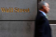 Wall Street a ouvert sur une note peu changée lundi après le long week-end de Pâques, dans un marché encouragé par l'annonce d'une légère hausse des dépenses de consommation aux Etats-Unis en février. Le Dow Jones avançait de 0,03% après 10 minutes d'échanges, le Standard & Poor's 500 progressant de 0,03% alors que le Nasdaq Composite refluait de 0,16%. /Photo d'archives/EUTERS/Eric Thayer