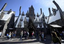 """Convidados passeiam na Vila de Hogsmeade durante o tour de imprensa do parque temático """"The Wizarding World of Harry Potter"""" no Universal Studios Hollywood, em Los Angeles. 22 de março de 2016.  REUTERS/Kevork Djansezian"""