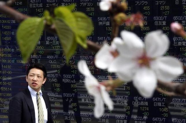 3月29日、東京株式市場で日経平均は小反落した。朝方は3月期末の配当権利落ちに伴って安く寄り付き、一時185円安。写真は2014年4月撮影(2016年 ロイター/Issei Kato)