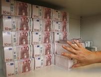 Les flux d'investissement de portefeuille à destination des pays émergents ont atteint 36,8 milliards de dollars (32,9 milliards d'euros) au mois de mars, leur plus haut niveau depuis près de deux ans, selon des données de l'Institut de la finance internationale (IIF), qui prévient toutefois que cette manne pourrait se tarir avec les perspectives de hausses de taux aux Etats-Unis. /Photo d'archives/REUTERS/Heinz-Peter Bader