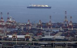 СПГ-танкер у порта Йокогамы. 4 сентября 2015 года. Газовый концерн Газпром и бельгийская газотранспортная Fluxys подписали рамочное соглашение о сотрудничестве на рынке малотоннажного сжиженного природного газа (СПГ) в Европе, сообщил Газпром во вторник. REUTERS/Yuya Shino